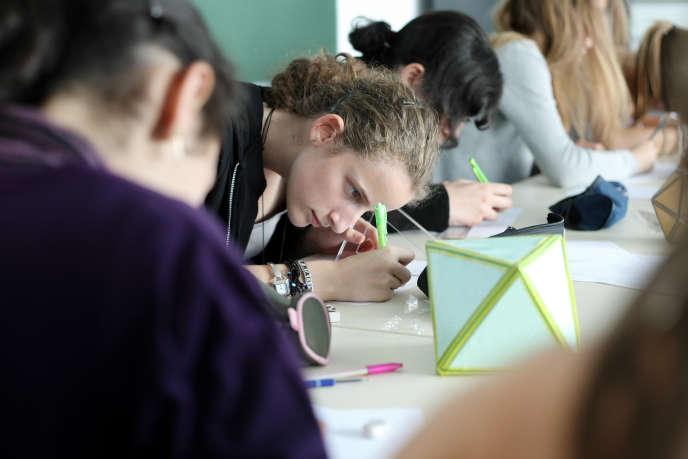 Des élèves de seconde de plusieurs lycées de la région Lorraine participent à un stage de mathématiques organisé par les instituts de recherche dans l'enseignement (IREM), à l'universite Nancy-I, à Vandœuvre-lès-Nancy (Meurthe-et-Moselle), en juin 2011.