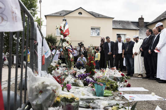 Après la grande prière du vendredi, les musulmans de Saint-Etienne-du-Rouvray ont déposé une gerbe de fleurs et ont observé une minute de silence devant l'église où a été tué le père Hamel le 26juillet.