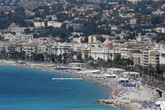 Les maires de Nice, Fréjus et Sisco ont notamment annoncé vendredi qu'ils n'allaient pas cessé de verbaliser des femmes portant des tenues religieuses sur leur plage.