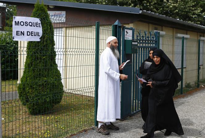 Des musulmans après la prière du vendredi à Saint-Etienne-du-Rouvray, le 29 juillet.