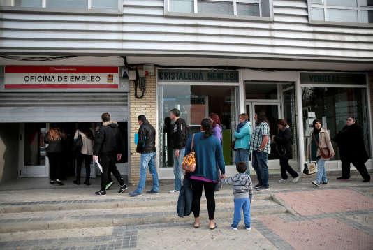 Des Madrilènes patientent devant un pôle emploi espagnol, en avril.