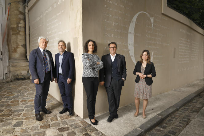 De gauche à droite : Enrico Tallone, Stefano Gervasoni, Elisa Tallone, Giuseppe Caccavale et Eleonora Tallone devant le « Viale dei Canti », à l'Institut culturel italien de Paris.