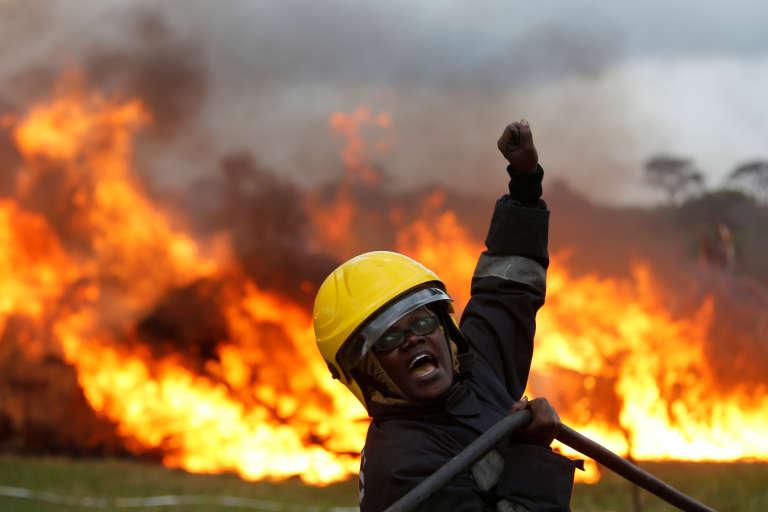 Un pompier kenyan, en avril 2016.