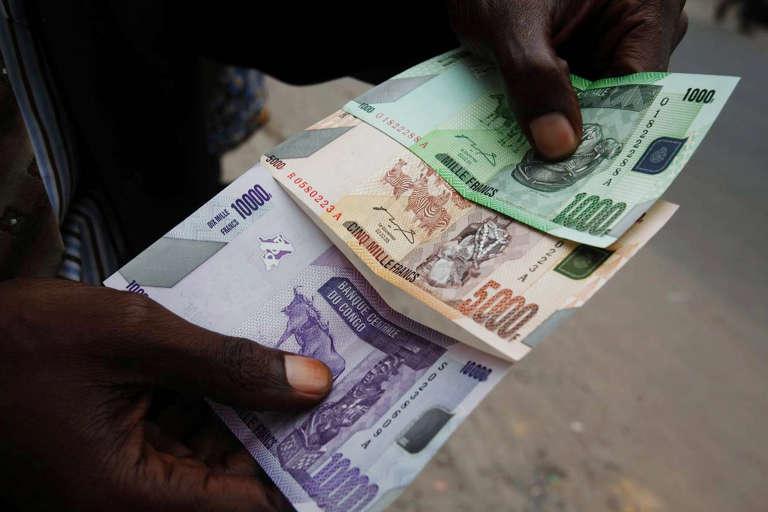 Un agent de change, à Kinshasa.