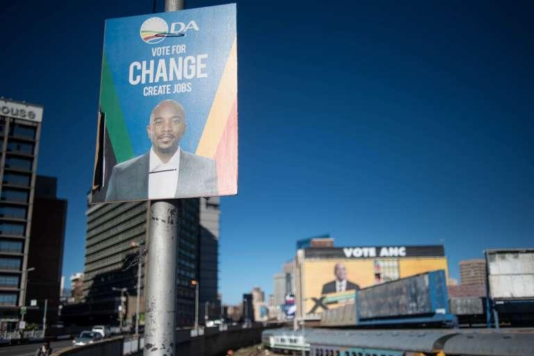A Johannesburg, les sondages sont serrés entre l'ANC de Jacob Zuma et l'Alliance démocratique, alors que des affiches des deux partis fleurissent en ville.