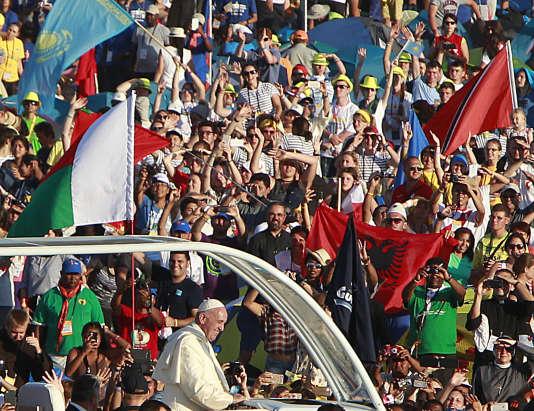 Le pape arrive à Brzegi dans sa« papamobile».