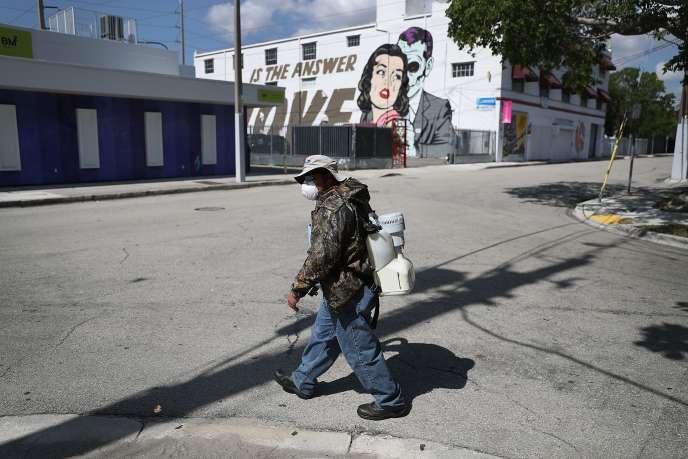 Un inspecteur répend de l'antimoustique dans le quartier de Wynwood, à Miami.