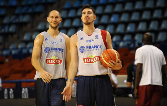 Les Français Kim Tillie (gauche) et Nando De Colo à l'entraînement