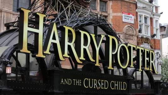 A l'entrée du théâtre pour la première représentation de la pièce«Harry Potter et l'enfant maudit», à Londres.