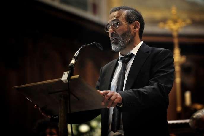 L'imam de Bordeaux Tareq Oubrou s'adresse à l'assemblée réunie à l'église Notre-Dame de Bordeaux en hommage au prêtre Jacques Hamel, le dimanche 30 juillet.