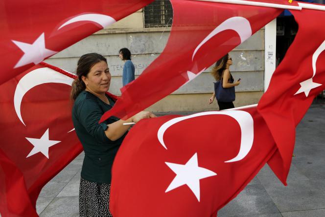 Une femme vend des drapeaux turcs à Istanbul, le 30 juillet.