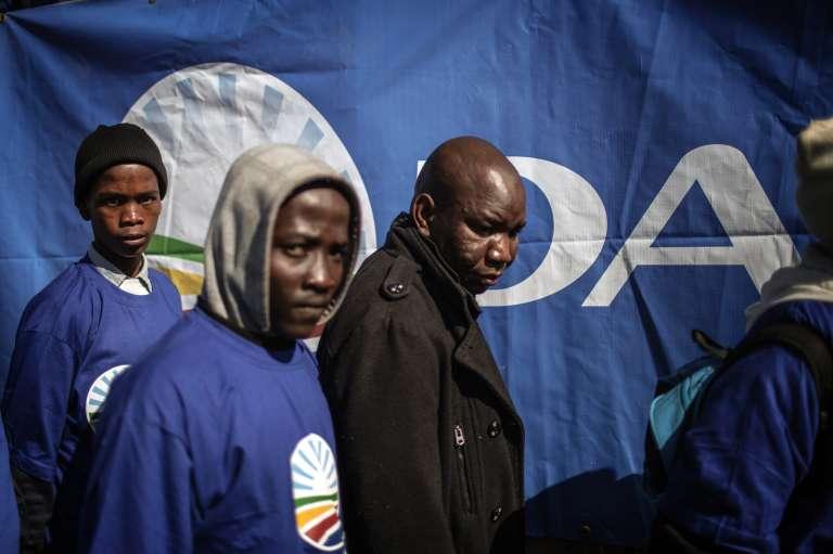 Des militants de l'Alliance Démocratique (DA), principal parti d'opposition à Jacob Zuma, lors du meeting du 31 juillet au stade de Dobsonville, à Soweto.