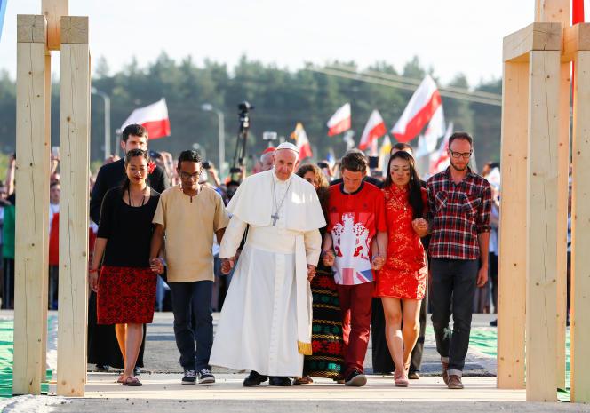 L'arrivée du pape au« Campde la miséricorde» entouré de jeunes catholiques à Brzegi près de Cracovie.