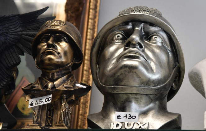 Des bustes de Benito Mussolini dans une boutique de souvenirs à Predappio (Emilie-Romagne), la ville natale du dictateur italien, où il est aussi enterré.