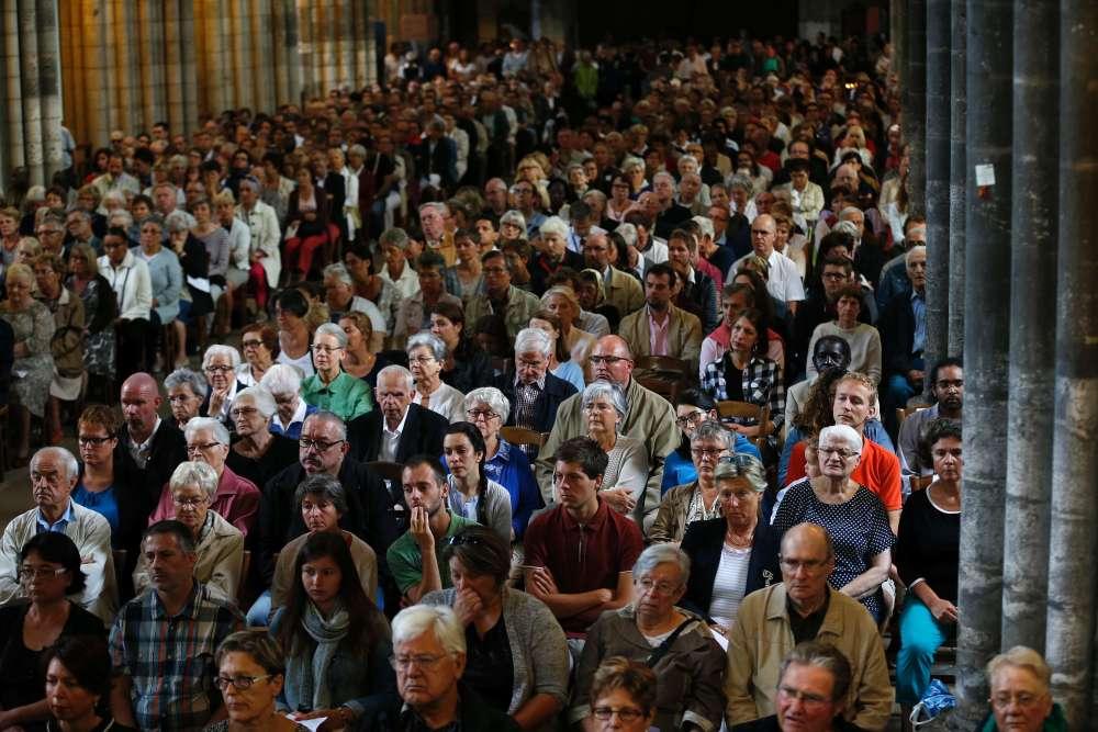 A Rouen, près de 2 000 fidèles, dont une centaine de musulmans, ont assisté à l'homélie de l'archevêque de Rouen, Dominique Lebrun.