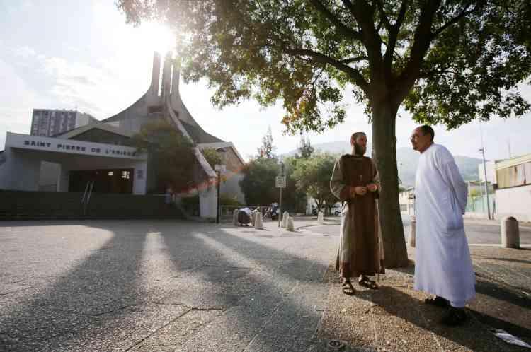 «La mort du prêtre Hamel nous donne une responsabilité et un devoir historique de continuer son œuvre de paix », a déclaré à l'AFP Otmane Aissaoui, imam de la mosquée Arrahma.