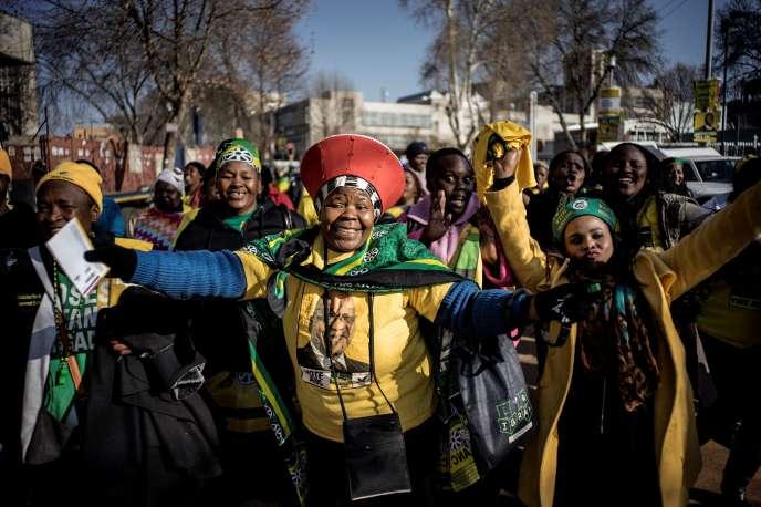 Des militants de l'ANC, le Congrès national africain, à l'occasion d'un meeting au stade de Johannesburg, le 31 juillet.