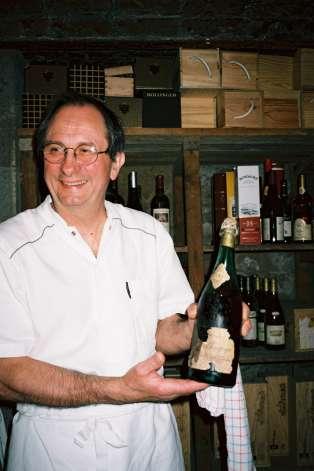 Dans la cave de Guy Jullien sommeillent 35 000 bouteilles de haut vol, dont ce champagne Moët et Chandon de 1743.