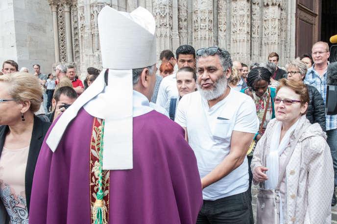Dimanche 31 juillet, une messe est célébréepar Mgr Dominique Lebrun à la cathédrale de Notre-Dame de Rouen en l'honneur du prêtre Jacques Hamel. De nombreux musulmans ont répondu à l'appel du Conseil français du culte musulman (CFCM) de se rendre dans les églises pour témoigner de leur solidarité et de leur compassion.