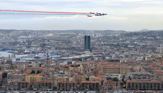 Les avions de la patrouille de France survolent Marseille, le 11octobre2012.