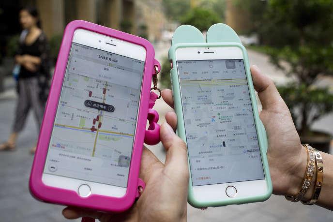 Deux clientes d'Uber et Didi à Pékin le 1eraout.