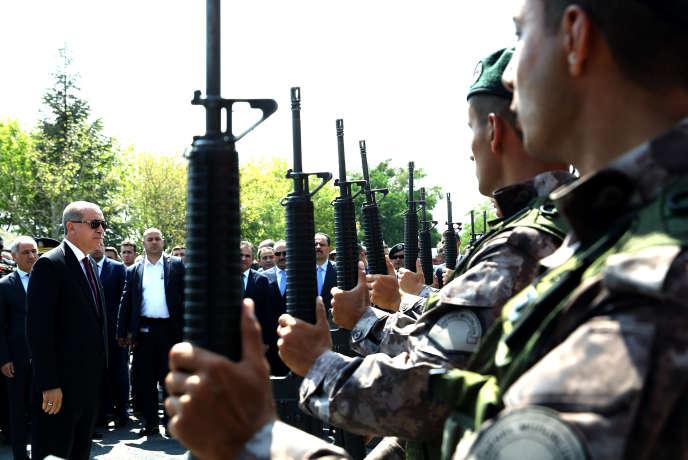 Recep Tayyip Erdogan devantles forces spéciales de la police à Ankara, le 29 juillet 2016.