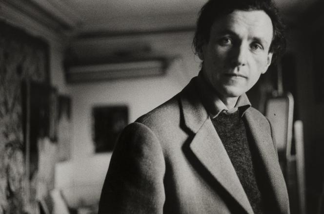 Bernard Dufour (1922-2016), peintre, photographe et écrivain français, chez lui. Paris, 1964.