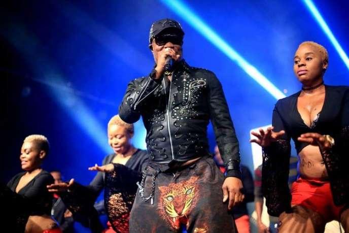 Koffi Olomide entouré de ses danseuses sur la scène du festival Koroga, à Nairobi en mars 2016.