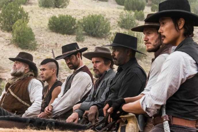 De gauche à droite : Vincent d'Onofrio, Martin Sensmeier, Manuel Garcia-Rulfo, Ethan Hawke, Denzel Washington, Chris Pratt et Lee Byung-hun dans « Les Sept Mercenaires», d'Antoine Fuqua.