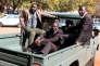 Douglas Mahiya, le secrétaire à l'information de l'Association des vétérans de la guerre de libération nationale du Zimbabwe (ZNLWVA)arrive escorté au tribunal d'Harare, le 29 juillet.