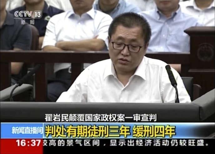 Le juriste Zhai Yanmin lors de son procès à Tianjin, mardi 2 août 2016, sur des images de la télévision d'Etat CCTV.