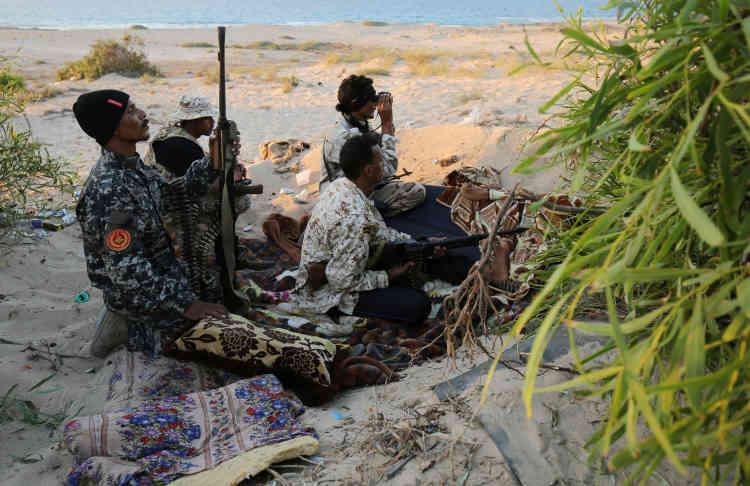 Des combattants des forces soutenues par le gouvernement tiennent une position sur la côte à Syrte le 25 juillet.