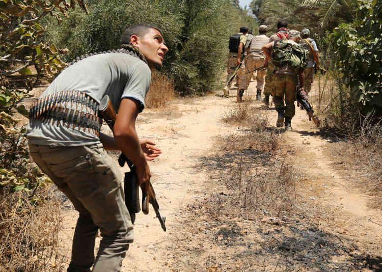 Les combattants s'approchent d'une position de l'EI à Syrte le 31 juillet.