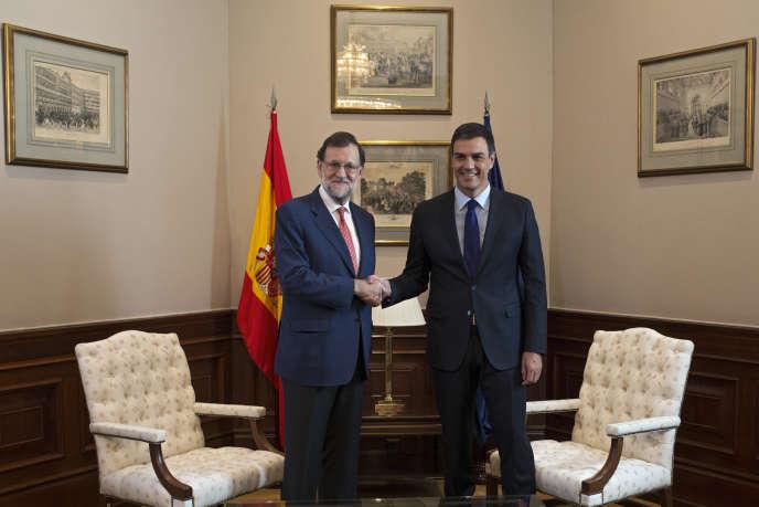 Le ocnservateur Mariano Rajoy, premier ministre sortant, et le socialiste Pedro Sanchez, se sont entretenus mardi 2 août au sujet de la formation d'un gouvernement.