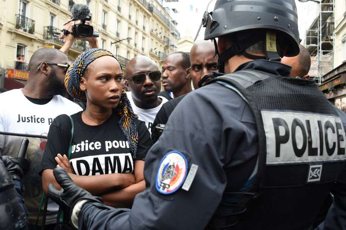 Assa, une des soeurs d'Adama Traoré, lors d'un rassemblement à la mémoire du jeune homme, le 30 juillet à Paris.