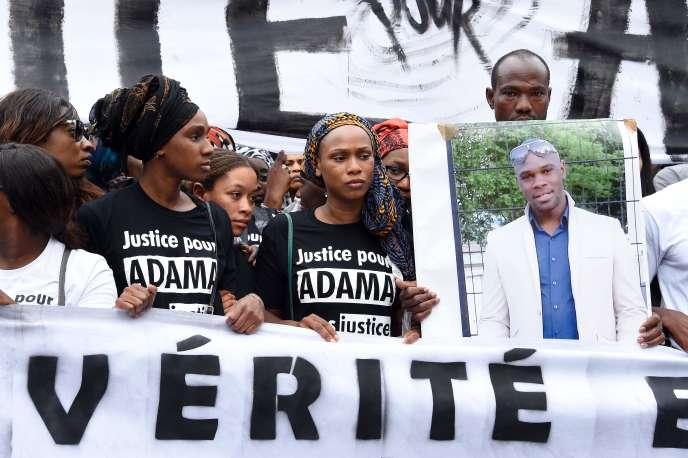 Assa (au milieu), sœur d'Adama Traoré, lors du rassemblement pour demander la vérité sur la mort de son fère, devant la gare du Nord, à Paris, le 30 juillet.