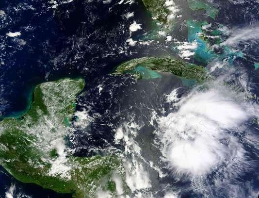 Image satellite de la NASA montrant l'ouragan Earl, le 2 août. Le phénomène météorologique a été rétrogradé en tempête tropicale après avoir atteint les côtes de Belize.