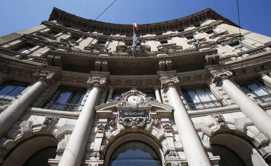Banque Unicredit à Milan,en Italie, le 2 août. Beaucoup de banques ont vu leur action chuter suite à lasérie de tests réalisée fin juillet par l'Autorité bancaire européenne (ABE).