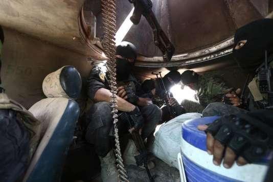 Des membres des Forces démocratiques syriennes, dans un char stationné près de Manbij, dans le nord de la Syrie, le 25 juin.