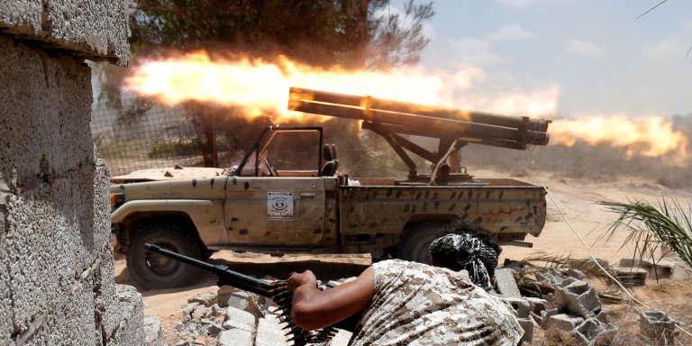 Les forces soutenues par le gouvernement lybien lors d'affrontements contre l'Organisation Etat Islamique à Sirte le 21 juillet 2016.