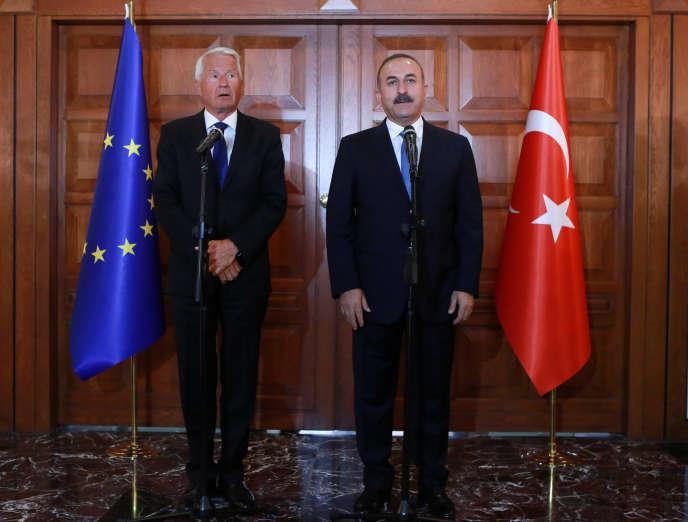 Le secrétaire général du Conseil européen Thorbjorn Jagland et le ministre turc des affaires étrangères Mevlut Cavusoglu le 3 août.