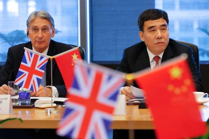 Le ministre des finances britannique, Philip Hammond, et le président de la banque centrale chinoise, Tian Guoli, à Pékin, le 22 juillet.