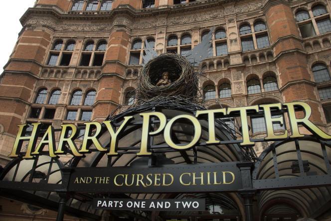 Les représentations de la pièce de cinq heures, divisée en deux parties, sont prévues jusqu'en décembre 2017.