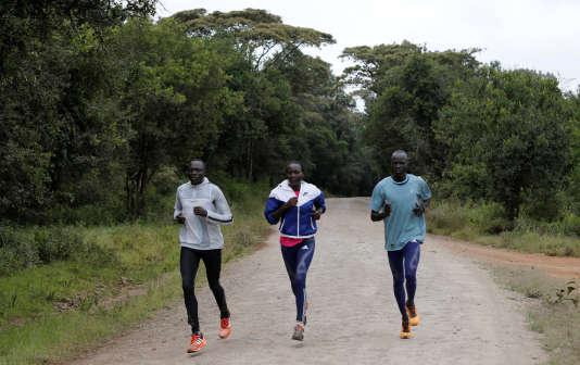 Les coureurs de demi-fond sud-soudanais Paulo Amotun Lokoro, Rose Nathike Lokonyen et Yiech Pur Biel, le 9 juin, lors d'un entraînement près de Nairobi, au Kenya.