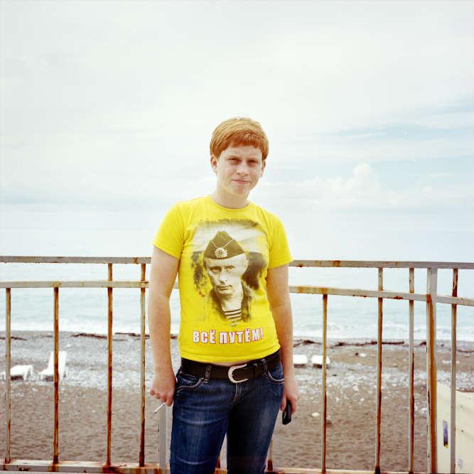 Une serveuse à Gagra. Sur son t-shirt, un jeu de mot prisé des russes : « Tout va bien» A deux lettres près, on pourrait lire :«Tout est Poutine»