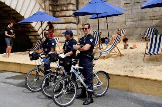 Trois policiers municipaux, le 20 juillet à Paris Plages.