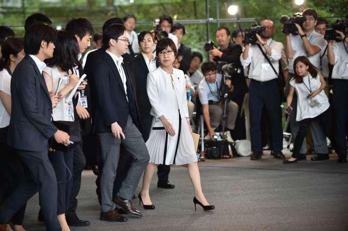 La ministre de la défense, Tomomi Inada, entourée des membres du nouveau cabinet, le 3 août, à Tokyo.