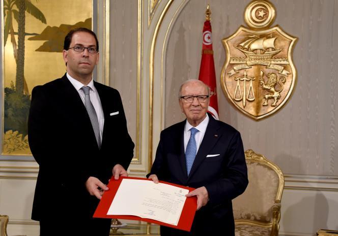 Le président tunisien Béji Caïd Essebsi (à droite) donne à l'ancienministre des affaires locales, Youssef Chahed (à gauche), mission de former un cabinet d'union nationale,mercredi 3 août