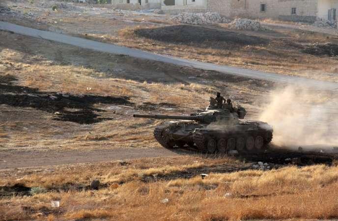 Un rebelle conduit un tank dans les quartiers sud d'Alep, le 2 août 2016.