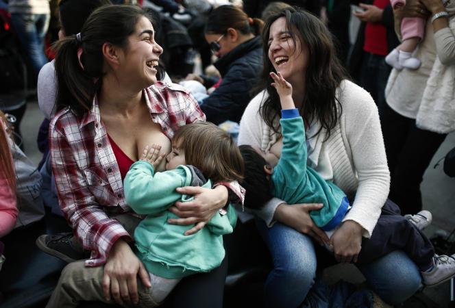Deux femmes allaitent, le 23 juillet à Buenos Aires en Argentine.